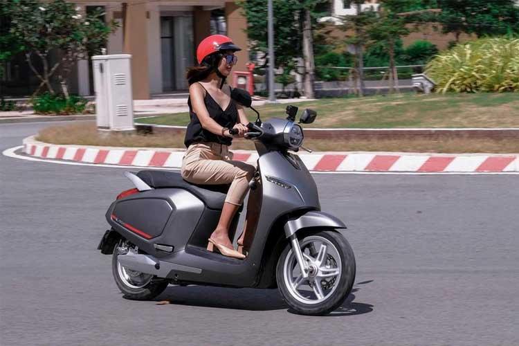 Những thói quen gây hại xe máy của chị em phụ nữ
